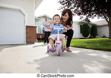madre, enseñanza, hijo, a, paseo, bicicleta
