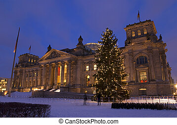 reichstag weihnachten berlin - reichsatg building in winter...