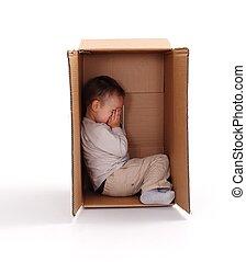 caixa, Menino, pequeno, triste, papelão, escondendo