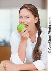 Retrato, encantador, mulher, comer, maçã