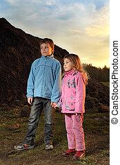 Cor-de-rosa, Menino, pequeno, noite, azul, ficar, casaco, colina, menina, roupas