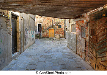 Small vintage courtyard in Venice, Italy - View on small...