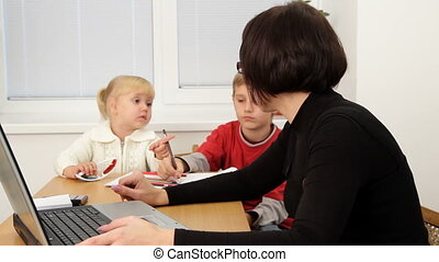 Time business mom - Business woman working in the office and...