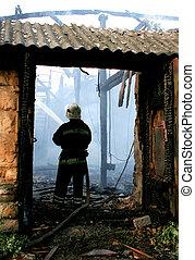 fuego, casa, afuera, poniendo, bombero