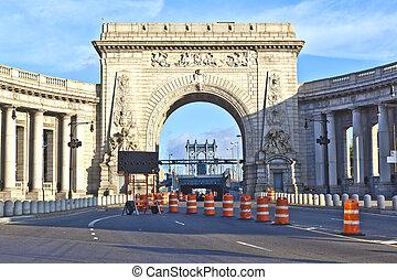 Gate to manhattan Bridge via the triumphal arch and...
