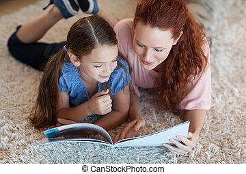 madre, hija, alfombra, lectura