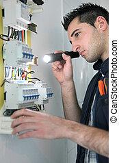 eletricista, examinando, fusível, caixa