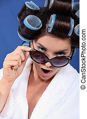 mujer, rulo, Llevando, baño, bata, gafas de sol