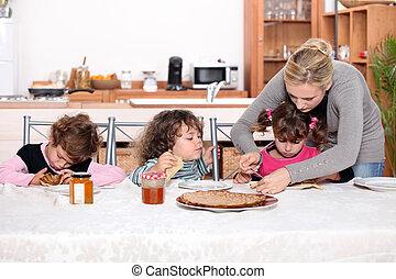 joven, niños, comida, Crepes