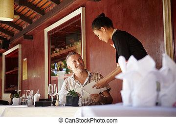 Asiático, Garçonete, falando, cliente,...