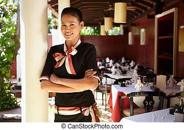 retrato, asiático, camarera, trabajando, restaurante