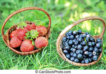 dos, cestas, -, fresas, Arándanos