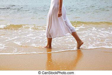mujer, ambulante, playa
