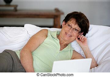 laptop, frau, liegende, Bett