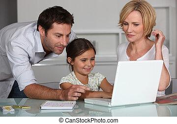 jovem, menina, usando, laptop, computador, dela, pais
