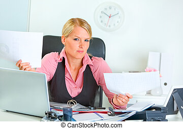 Confused business woman at office desk - Confused modern...
