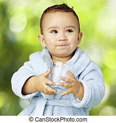 retrato, adorable, infante, azul, albornoz, tenencia, vidrio