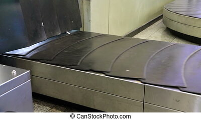 Baggage conveyor2 - movement of the conveyor belt baggage