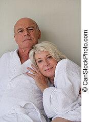 aposentado, par, sentado, banhar-se, mantos