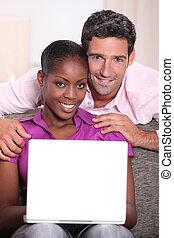 interracial, pareja, computador portatil