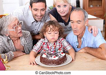 família, celebrando, quarto, aniversário