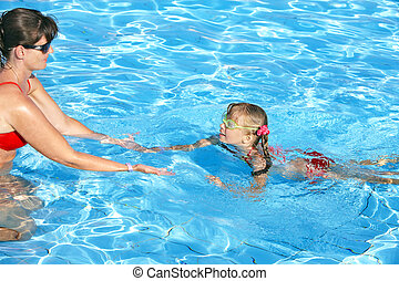 Swimming instructor learn child swim. - Swimming instructor...