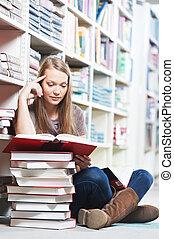 sonriente, joven, Adulto, mujer, lectura, libro, biblioteca