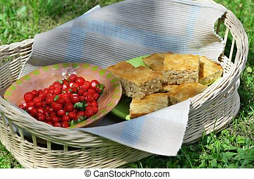 Basket party (plate of wood-strawberry and cake)