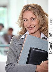 mujer de negocios, proceso de llevar, archivos, agenda