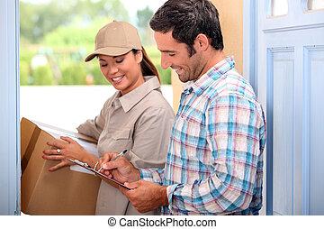 homem, Levando, entrega, pacote