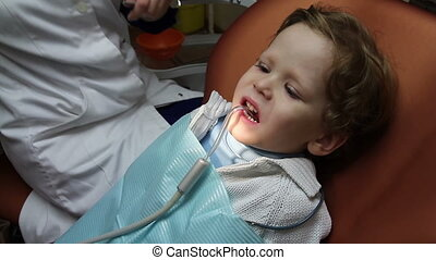 Brave kid - Doctor drill baby tooth