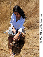 hermoso, mujer, trabajando, computador portatil, medio,...
