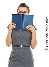 estudante, mulher, escondendo, atrás de, caderno
