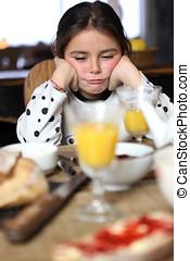 malhumorado, niña, desayuno