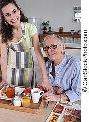 Sênior, mulher, sendo, servido, pequeno almoço,...