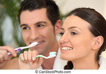 pareja, cepillado, su, dientes