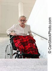 Handicapé, femme, devant, escalier