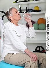 anciano, mujer, gimnasio, bebida, agua