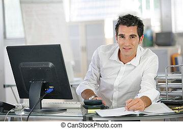 homem, seu, trabalhando, escrivaninha