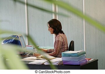 joven, recepcionista, mecanografía, teclado