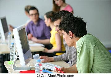 jeune, hommes, utilisation, informatique, Classe