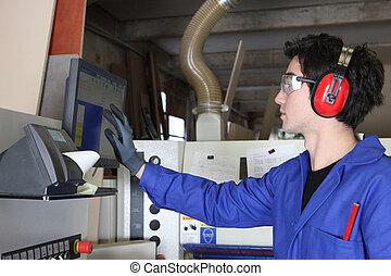 joven, hombre, Operar, fábrica, maquinaria