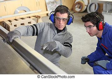 hombres, trabajando, fábrica
