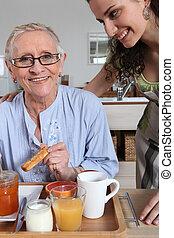 mulher, servindo, pequeno almoço, outro, mulher