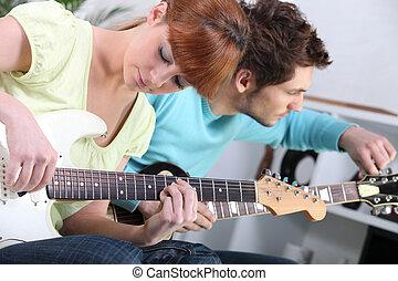 Adolescentes, juego, guitarra