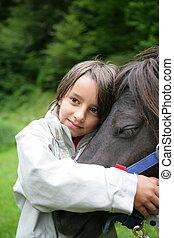 niño, acariciando, caballo