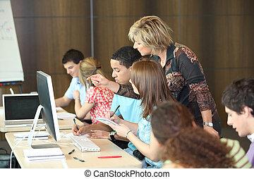 grupo, estudiantes, Mirar, computadora, profesor
