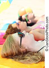 adolescenti, spiaggia, prendere il sole, Tre