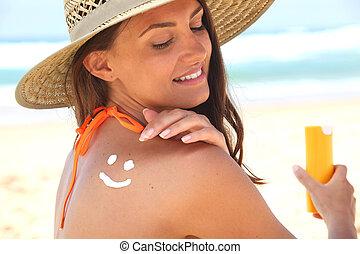 婦女, 坐, 海灘, 适用, 太陽, 奶油