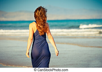 Young woman on the beach - Young woman posing on the beach